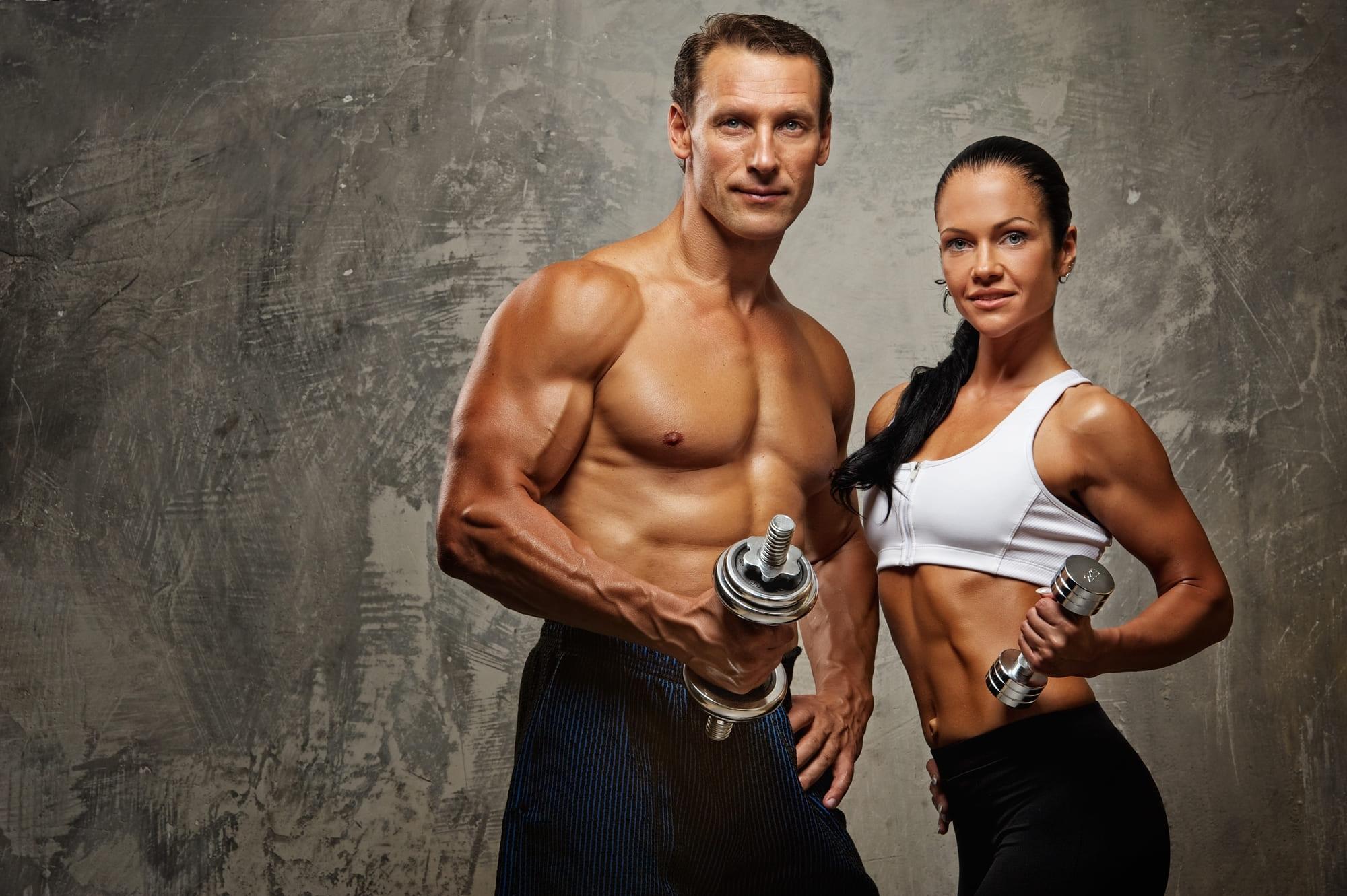 Athletisches Fitness Paar mit Hanteln