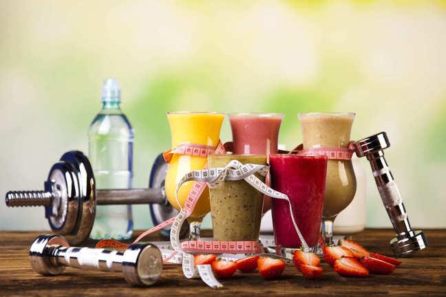 Gesunde Proteinshakes und Früchte