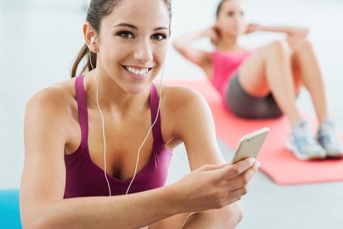 Frau die Musik hört beim Sport