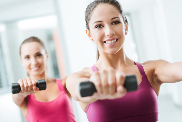 Zwei Frauen trainieren im Fitness